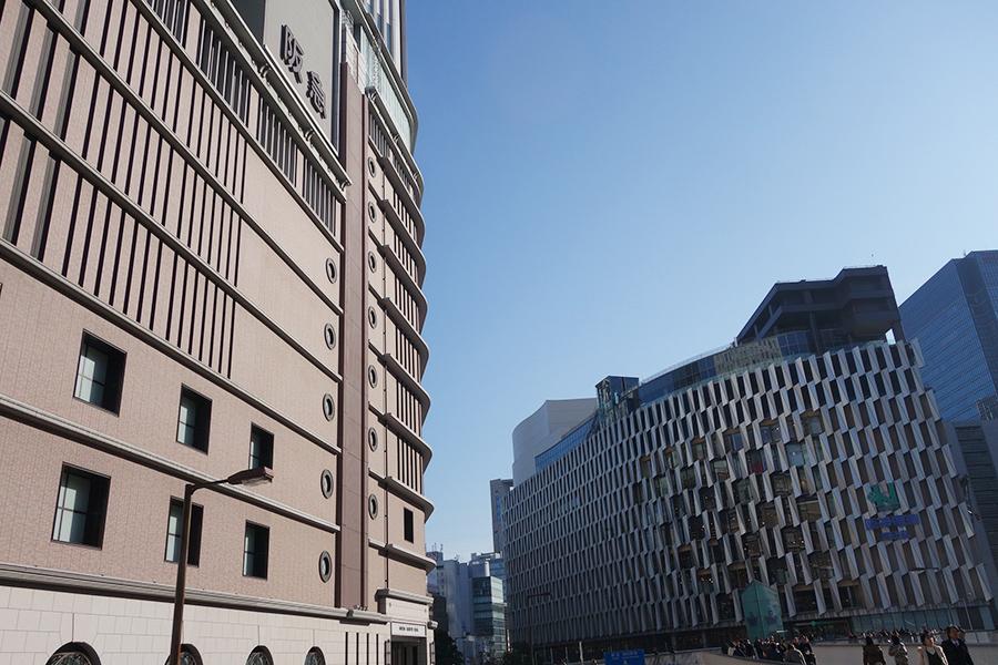 左から大阪・梅田の阪急うめだ本店、阪神梅田本店