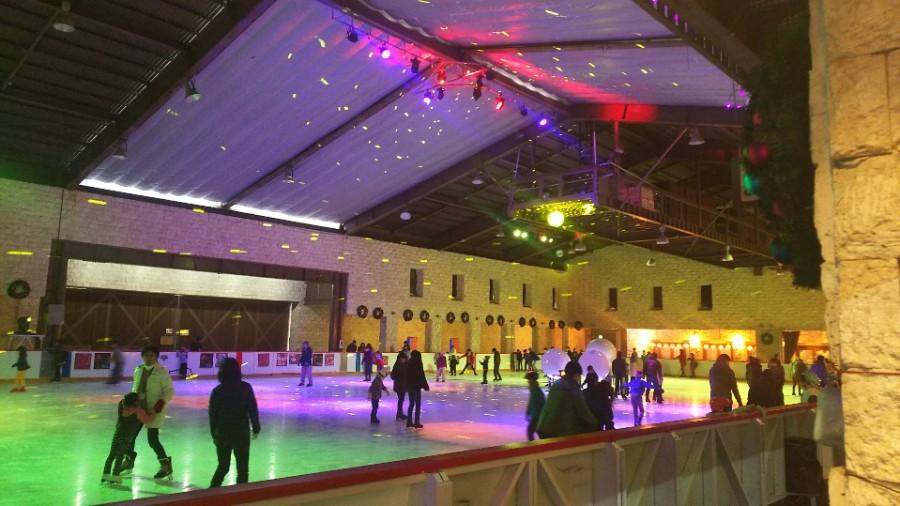 光の演出が楽しい「姫路セントラルパーク」のアイススケートリンク