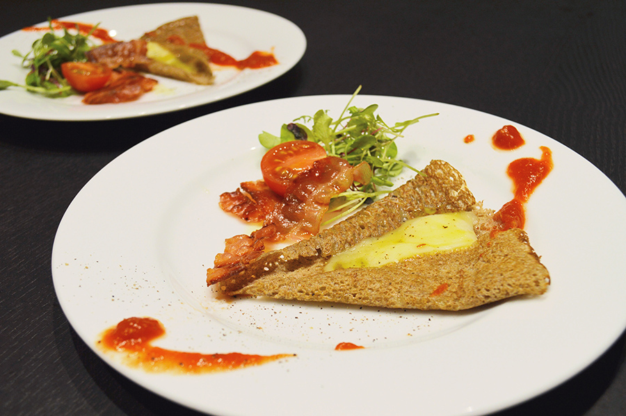 ガレットは2種。トマトソース×モッツァレラと、ベリーコンポートソース×クリームチーズ