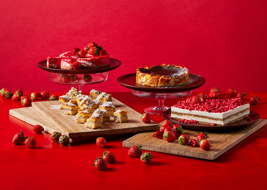 チーズケーキコーナーでは、バスクチーズケーキやNYチーズケーキ、アイアシェッケ、ティラミスが並ぶ