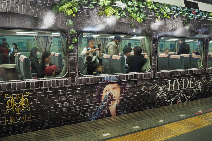 セレモニーの列車には、地元の大学生ら関係者が記念乗車した(23日・南海難波駅)