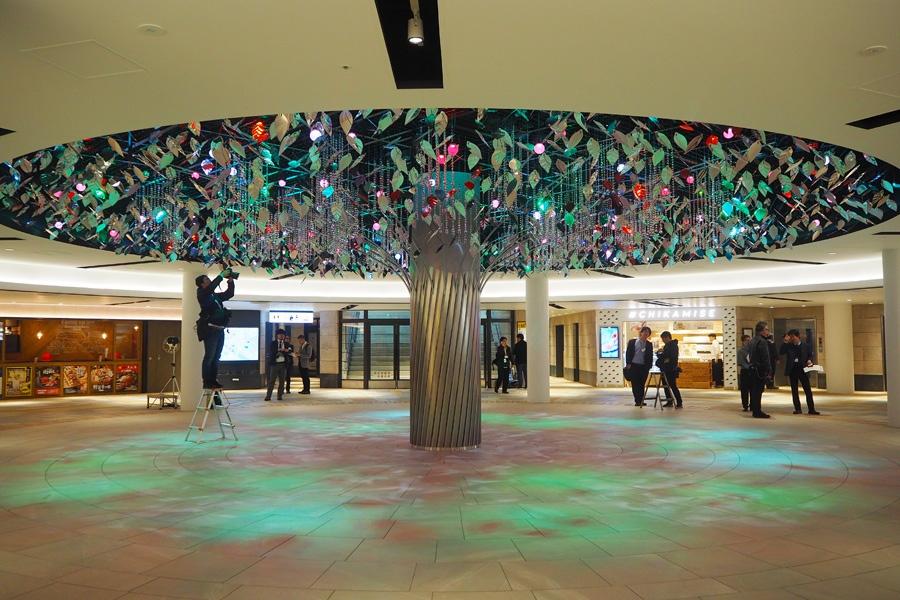 リニューアルで新たに誕生した「泉の広場」の「Water Tree」(3日・大阪市北区)