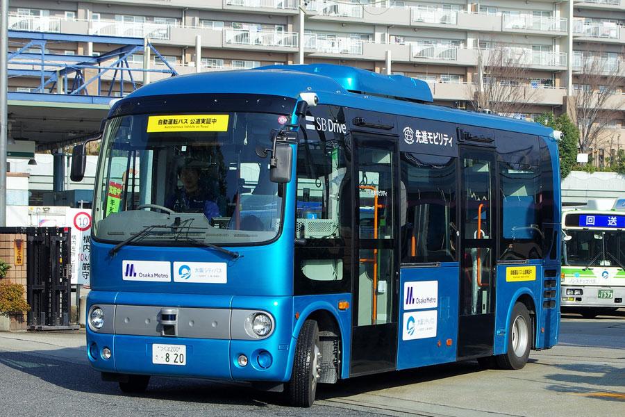 前日の雨とは打って変わって快晴となったこの日、自動運転バスのポンチョが出発(12月23日・大阪市内)