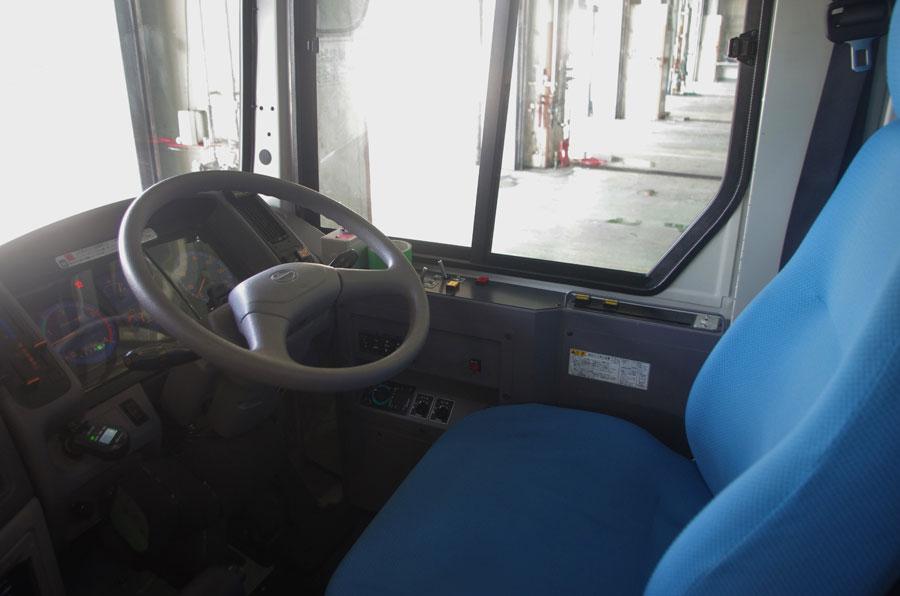 運転席にハンドルが取り付けられているのは、緊急時に人の手によって運転できるようにするため(12月23日・大阪市内)