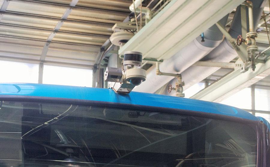 先進的なデザインの自動運転バス。各所にセンサーが取り付けられる(12月23日・大阪市内)