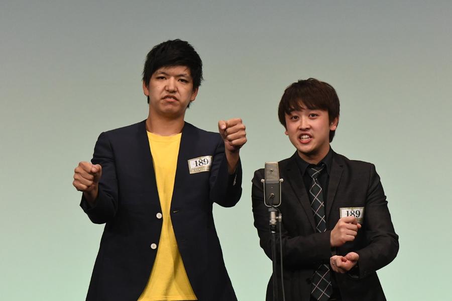 からし蓮根。左から伊織、杉本青空(準決勝の様子)(C)M-1グランプリ事務局