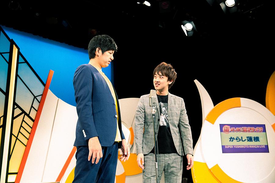 ボケ担当の伊織(左)と、ツッコミ担当の杉本青空。「何しよっとや!」など、熊本弁のツッコミがクセになる、からし蓮根の漫才