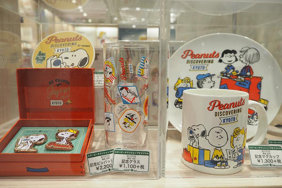 ピンバッジや記念グラス、マグカップなど「スヌーピータウンショップ」の限定商品