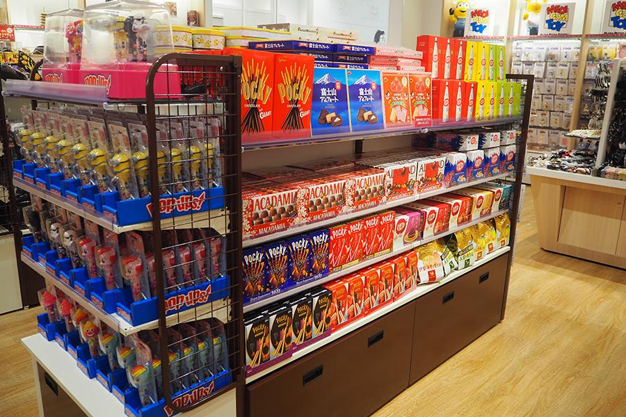 海外観光客向けにお菓子のスーベニア商品が並ぶ1階