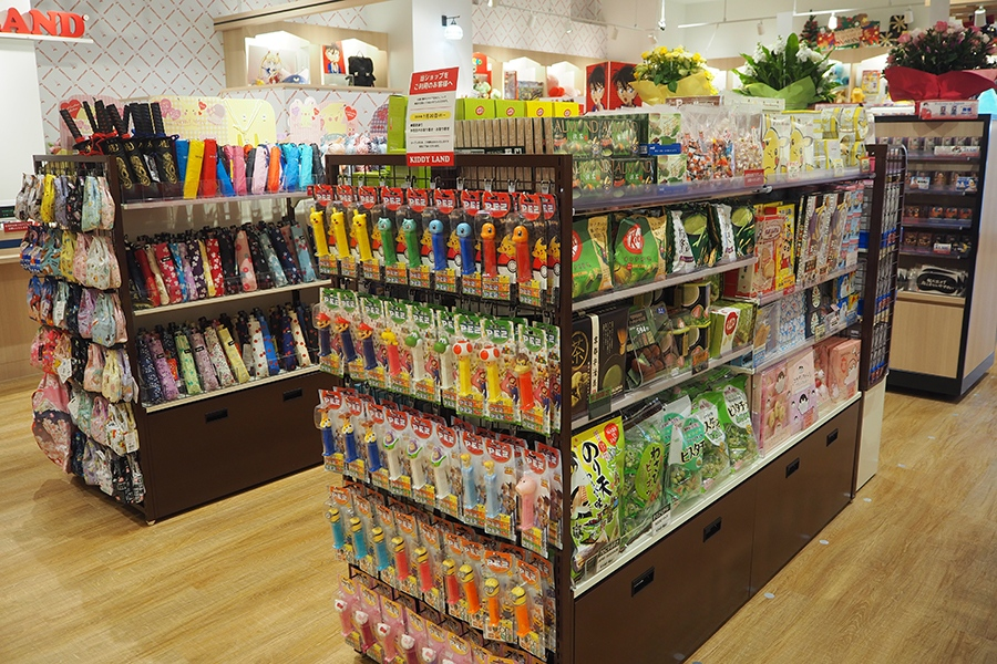 キャラクターの菓子土産をはじめ、抹茶味のポッキーなど海外観光客向け商品が目立つ