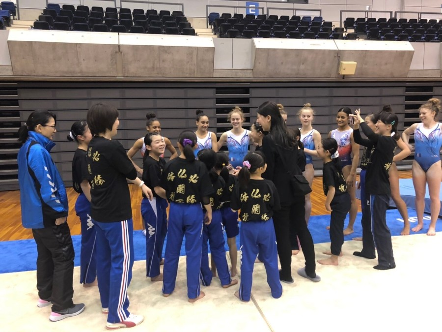 神戸ジュニア体操クラブの子どもたちと交流するフランス体操女子代表チーム(12月12日・グリーンアリーナ神戸)提供:神戸市
