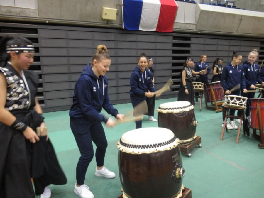 神戸に到着したフランス女子体操代表チームがと神戸市立須磨翔風高校和太鼓部との交流(12月11日・グリーンアリーナ神戸)提供:神戸市