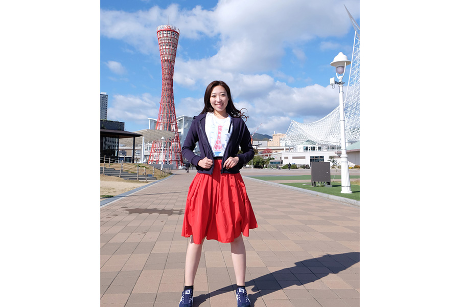 「神戸ポートタワー」前にて。Tシャツに描かれているのは神戸ポートタワー