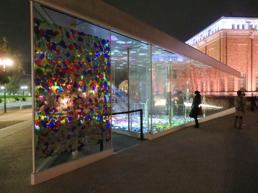 鬼頭健吾のインスタレーション作品《ghost flowers》。複雑な光の表情が楽しめる