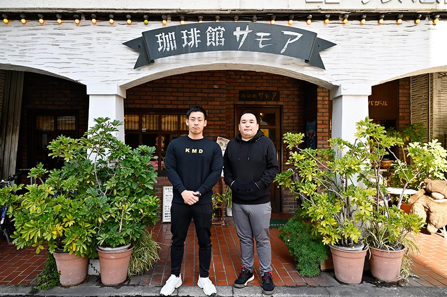 取材は、駒場孝(左)と内海崇が10年近く通う大国町駅近くの喫茶店「サモア」で。「ネタ合わせで長居しても、ママがゆっくりしてってやって言ってくれるんです」(内海)