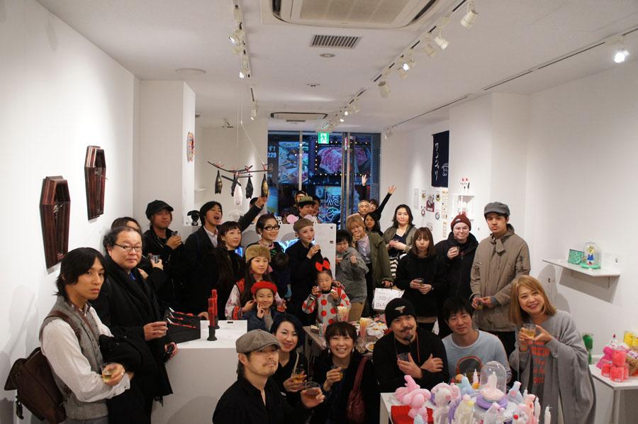 イベント初日レセプションの様子。前列5人がコラボアーティスト、右が本田みずほ(12月1日・大阪市)