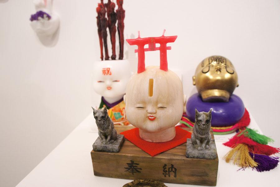 造形作家・米山啓介氏とのコラボ作品。「造形師さんなんですけど、字が上手なので造形せずにペイントさせたら面白いかも、と無茶ぶりしたんです」と打ち明ける(12月1日・大阪市)