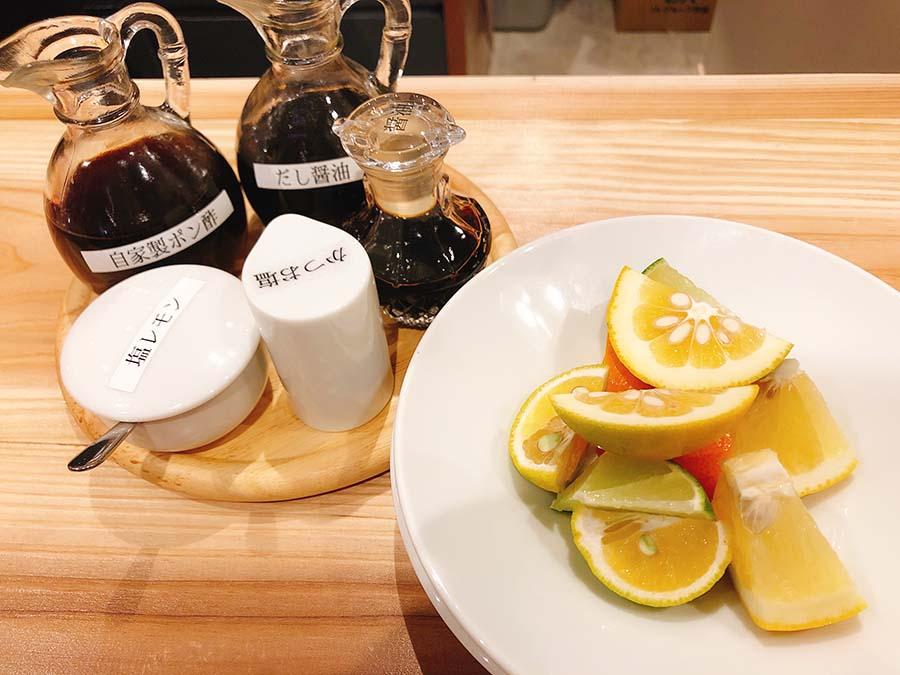 自分の好みでポン酢を調合。柑橘は和歌山産をいろいろ取りそろえる(橙ポン酢製作所)