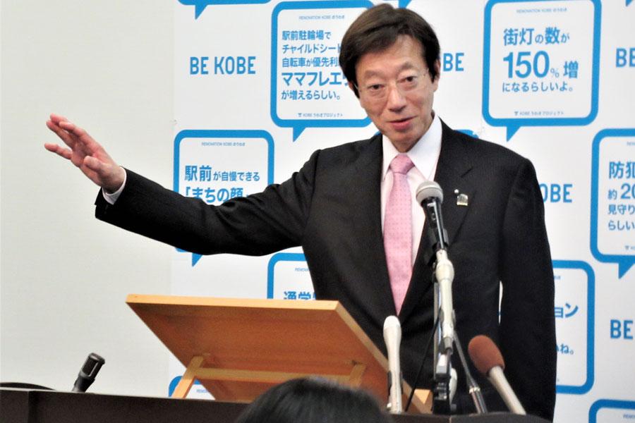 オリンピック事前合宿に神戸へ訪れる、体操のフランス代表チームを歓迎する久元喜造神戸市長(12月11日・神戸市役所)