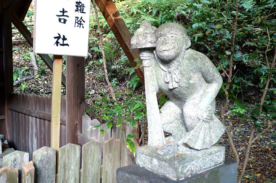 日吉社には、おめでたい三番叟(さんばそう)を舞う姿の狛猿が鎮座
