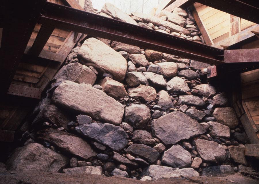 1984年に発見された石垣。自然なままの石をそのまま使う「野面(のづら)積み」と呼ばれる方法で作られた (C)一般財団法人 大阪市文化財協会