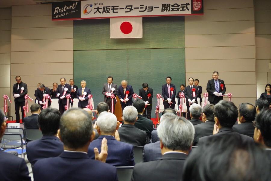 開会式では関係者によるテープカットがおこなわれた(12月6日・インテックス大阪)