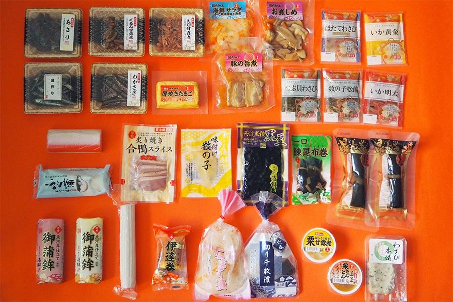 豚の旨煮、お煮しめ、海鮮サラダ、くるみ甘露煮が新たに加わった『ローソン100円おせち』(※写真は「寿なると」が1本抜けています)
