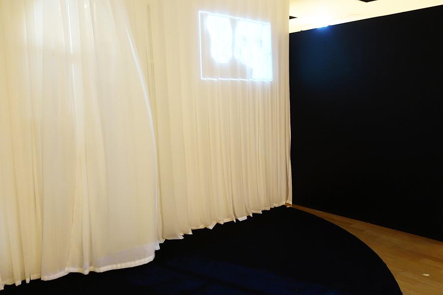 展示会場では東京と同様に、カーテンと窓がディスプレイされている。Ⓒ萩尾望都/小学館