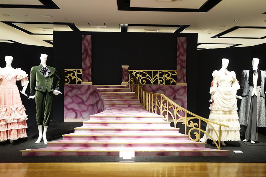 公演の1シーンをイメージした展示は、撮影可 ©宝塚歌劇団