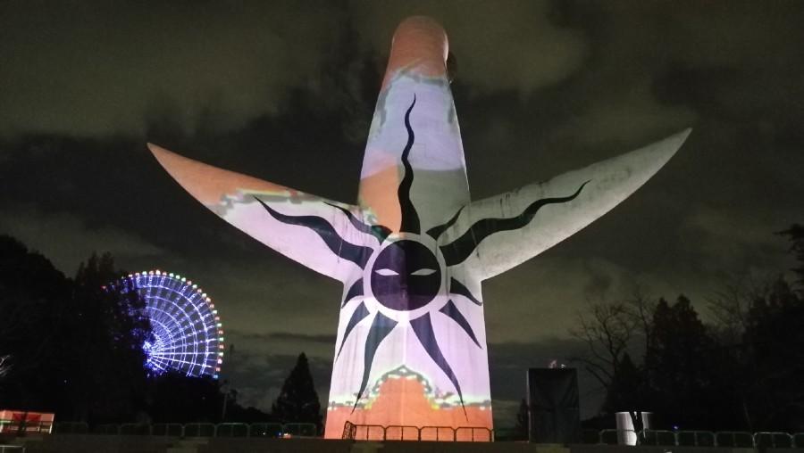イルミイベント『イルミナイト万博』が投影される太陽の塔の前で開催される