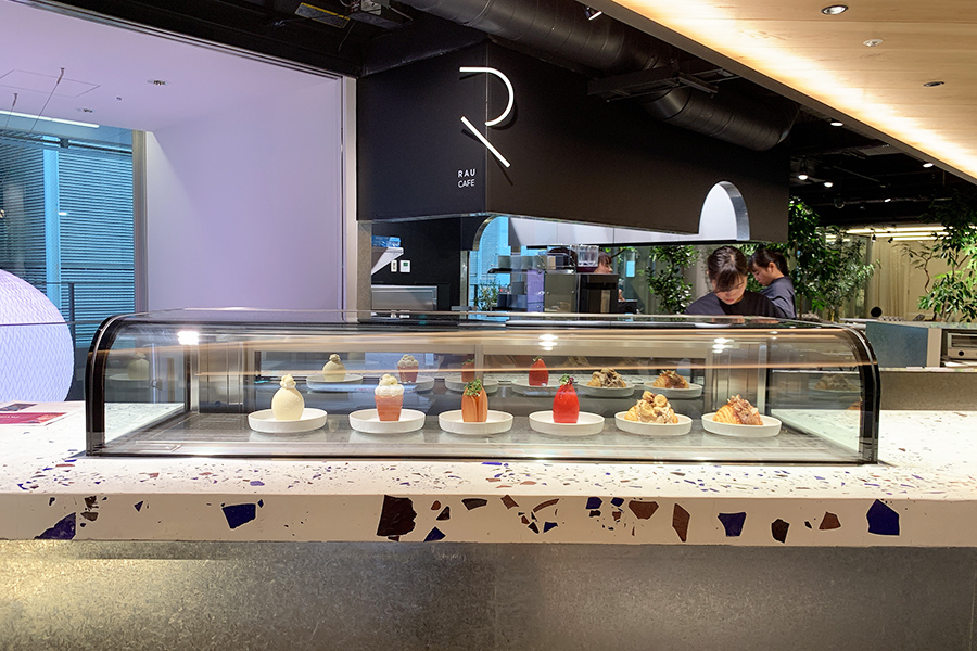 3階の「RAU CAFE」のショーケース。どの味、見た目にするか悩みそうだ