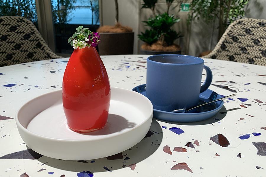 3階の「RAU CAFE」でイートインできる。真っ赤な花瓶に小さな白い花を飾ったようなBIN赤1000円