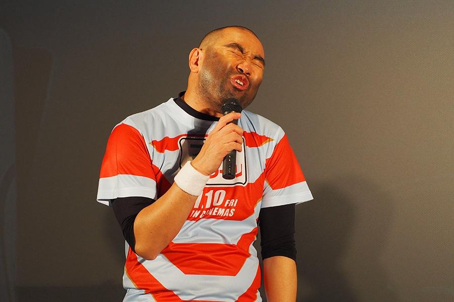 「男の友情あるある」を熱唱するレイザーラモンRG(12日・大阪市内)