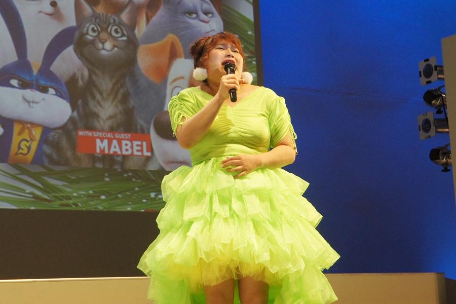マツコ・デラックスのものまねを披露し、会場を盛り上げるりんごちゃん(22日/ユニバーサル・スタジオ・ジャパン)