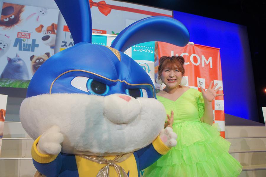 りんごちゃんの大好きなキャラクター、キャプテンスノー・ボールとの2ショットにニッコリ(22日/ユニバーサル・スタジオ・ジャパン)
