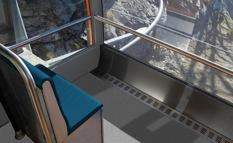 ガラス面が足元まで広がり、いっそうスリルが感じられる作りのゴンドラ内部 提供:神戸市