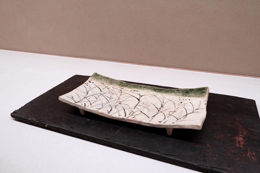 「まな板皿」と呼ばれる形の皿は、魯山人が考案したと言われる