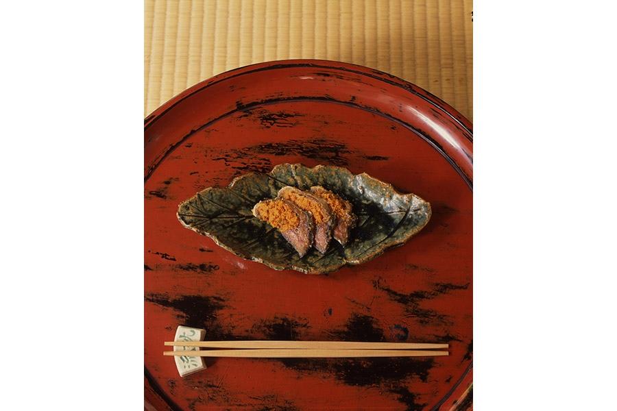 ふなずし(作り物)を盛って展示された「木の葉平向」。料理を包み込むような作柄がよくわかる