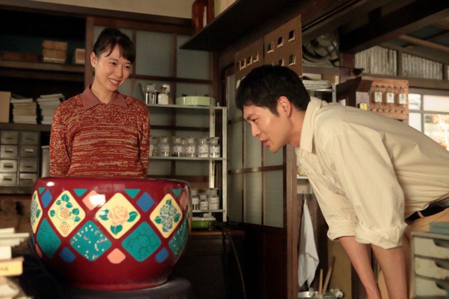 自分がデザインした試作品の火鉢を八郎(右・松下洸平)に見せる喜美子(戸田恵梨香)©NHK