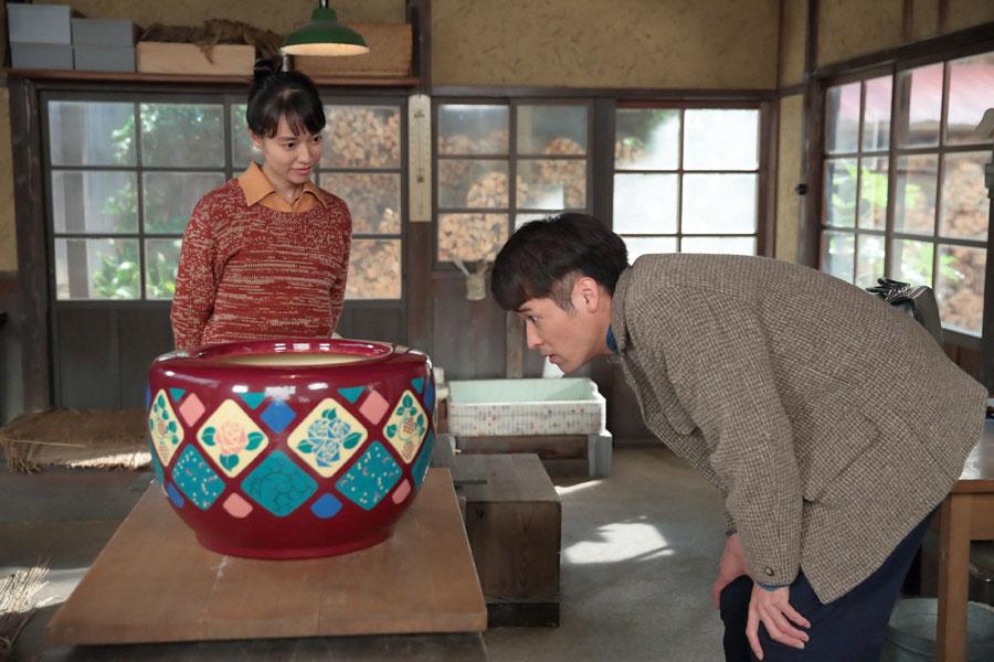 喜美子(左・戸田恵梨香)の絵付け火鉢を見に来た草間(佐藤隆太)©NHK