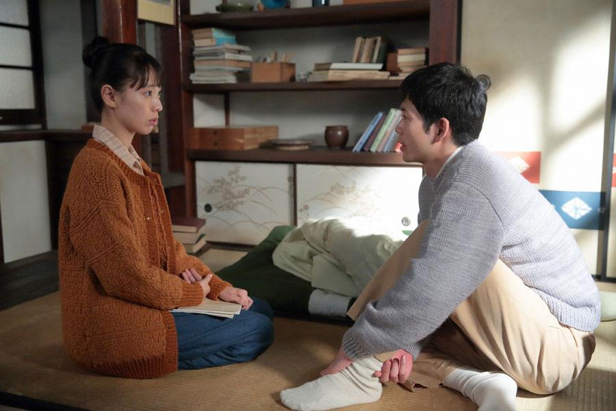 八郎(松下洸平)の部屋で家族のことなどを話す喜美子(戸田恵梨香) (C)NHK