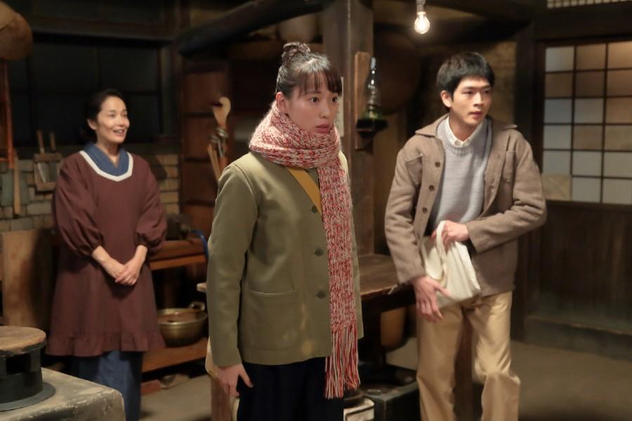 喜美子(戸田恵梨香)を送りに来た八郎(松下洸平)に、上がるように言う常治とそれを聞き喜ぶマツ(富田靖子)