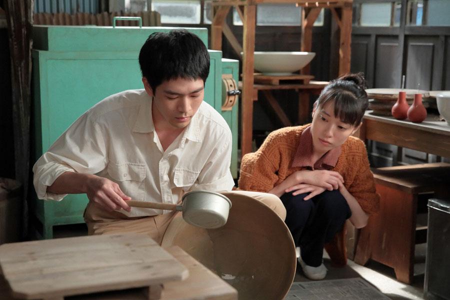 陶芸展へ出品する八郎(松下洸平)の作品作りを横で見る喜美子(戸田恵梨香)