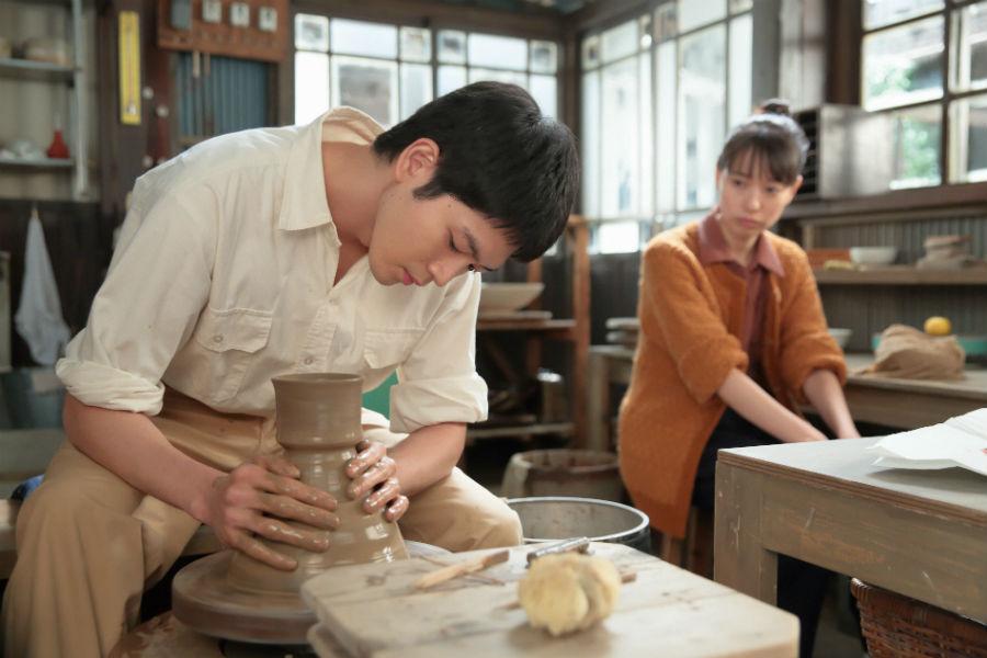 信作の実家のカフェで使うコーヒー茶わんを制作する八郎(松下洸平)を見る喜美子(戸田恵梨香)