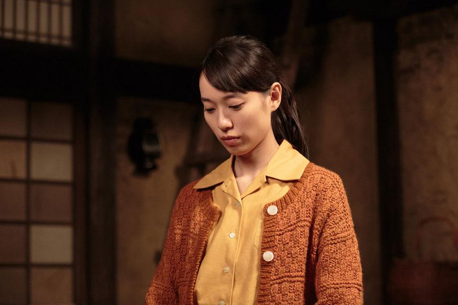 食べることができなくなっている常治を心配する喜美子(戸田恵梨香)©NHK