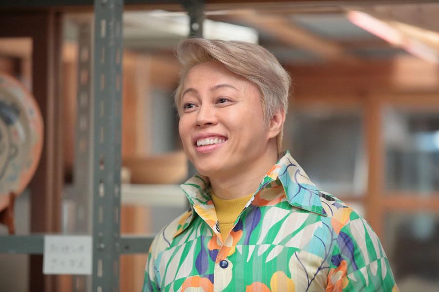 「 かわはら工房」で喜美子を待つジョージ富士川(西川貴教)©NHK
