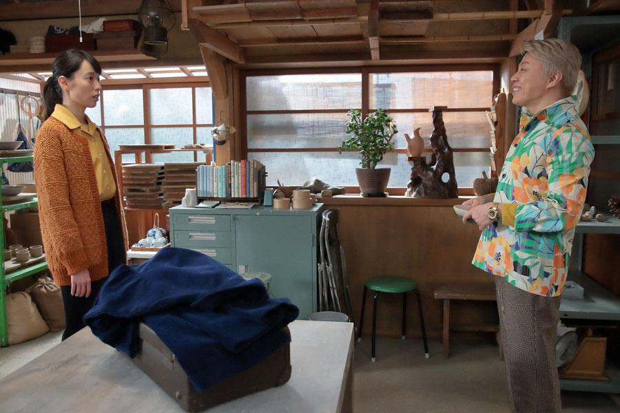 工房に現れたジョージ富士川(西川貴教)に驚く喜美子(戸田恵梨香)©NHK