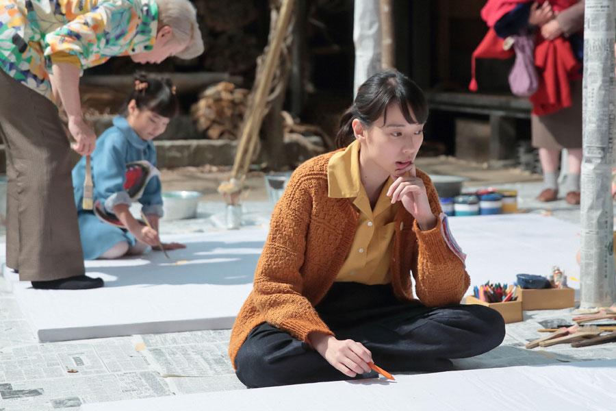 ジョージ富士川から好きな物を描くように言われるが、何を書くべきか分からず悩む喜美子(戸田恵梨香) (C)NHK