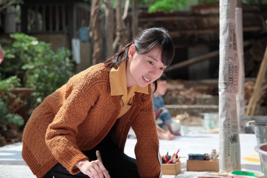ジョージ富士川の話を聞き、自由に好きなものを描く喜美子 ©NHK