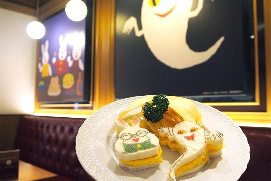 「めがねうさぎのサンドイッチ」(1705円)。店内も絵本の装飾に